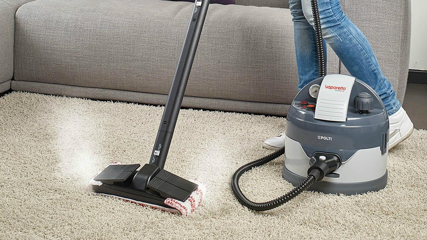 Le nettoyeur vapeur nettoie différentes surfaces