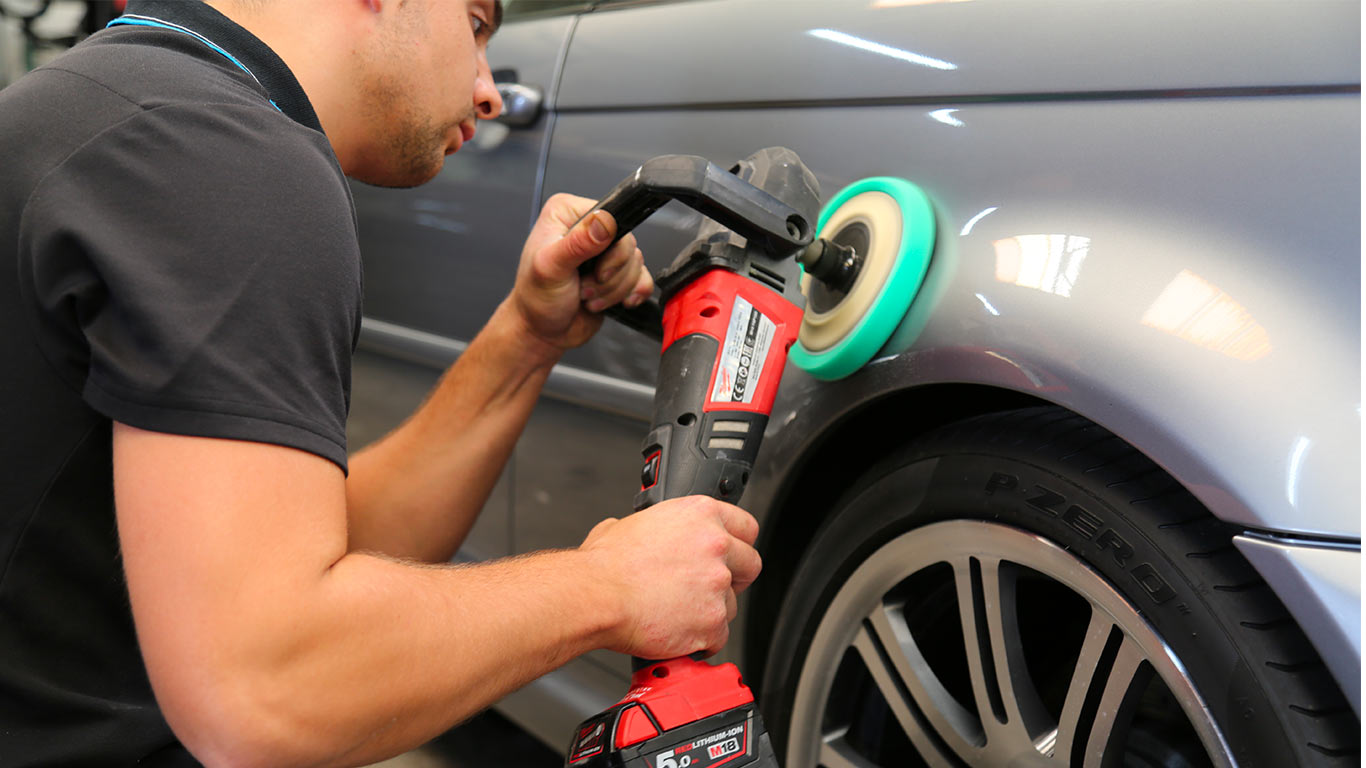 Polir la carrosserie de votre voiture grâce à la polisseuse