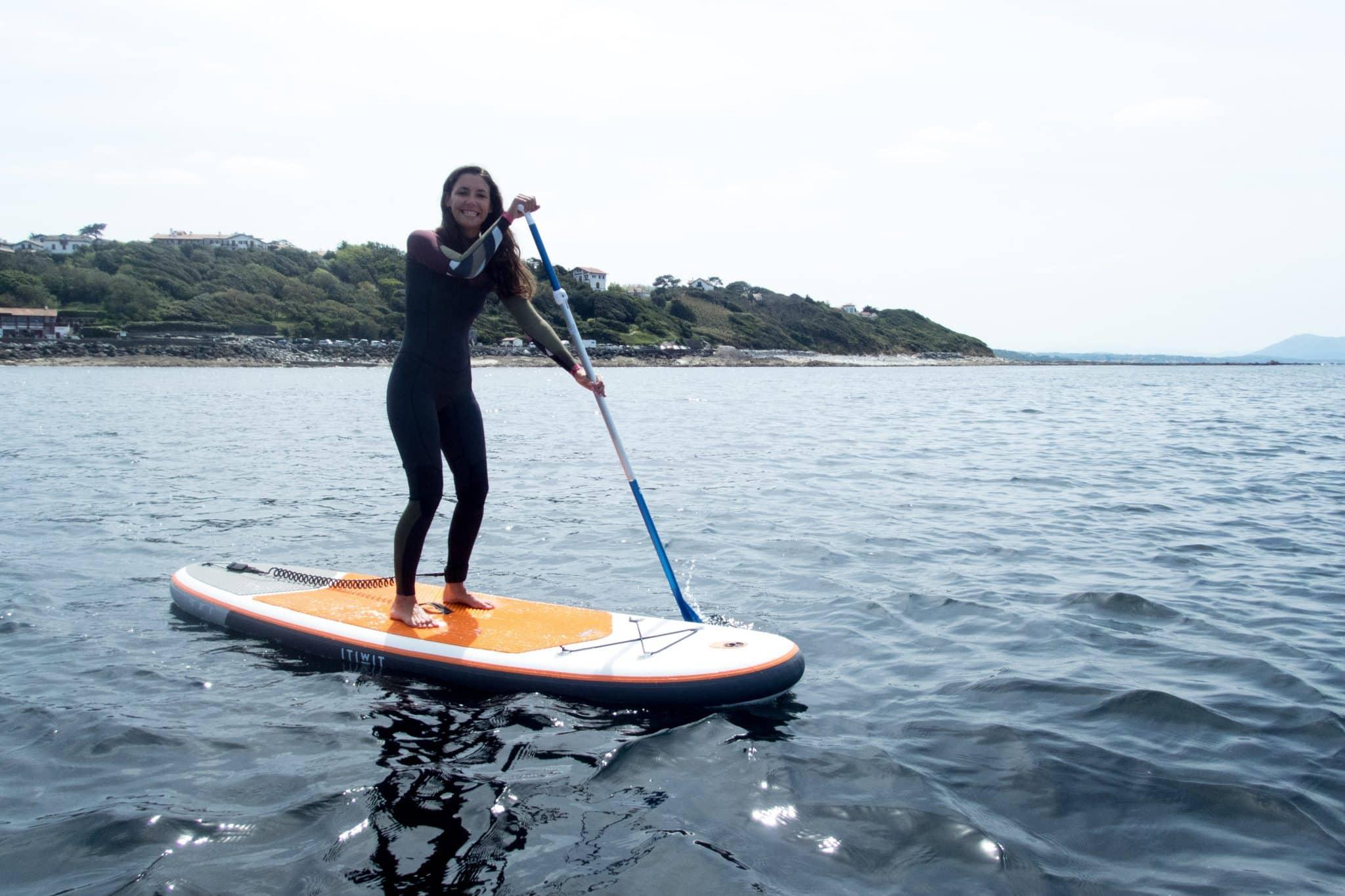 Le paddle gonflable sur l'eau