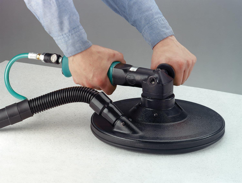 La ponceuse pneumatique s'utilise avec un compresseur d'air