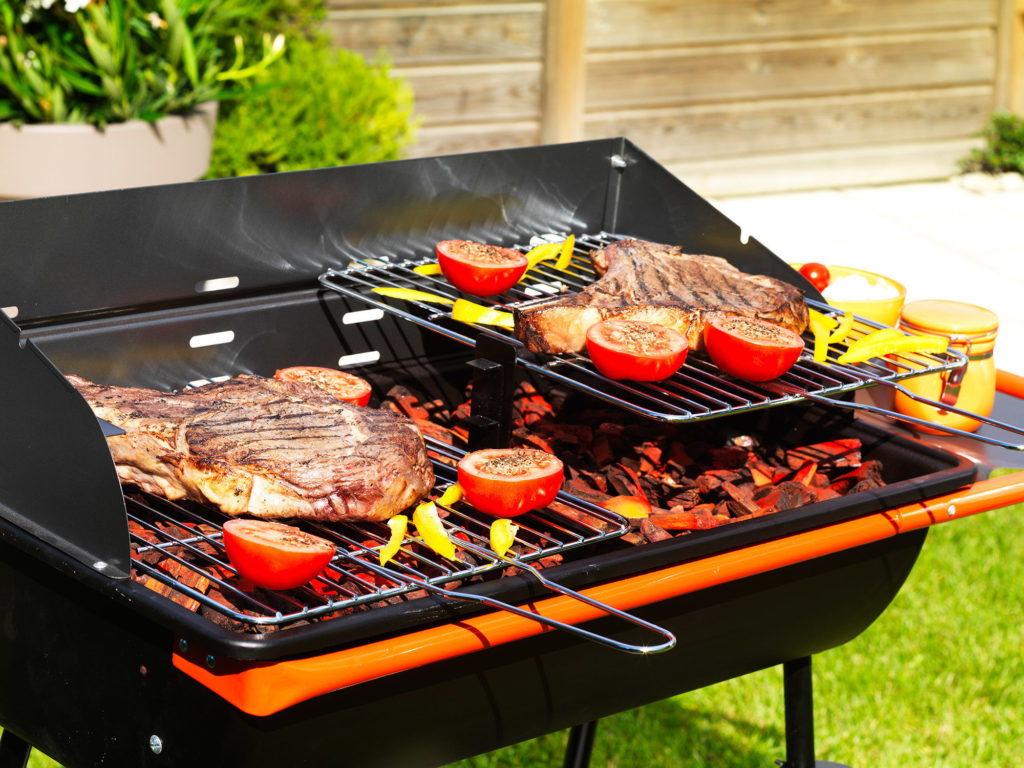Zoom sur le barbecue à charbon