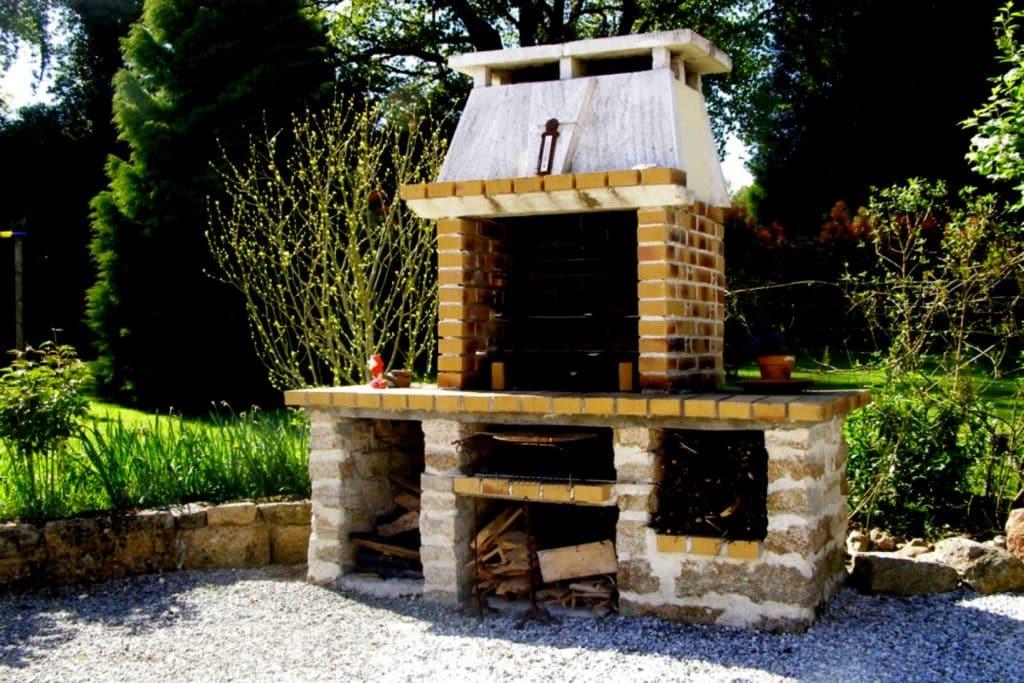Zoom sur le barbecue en pierre