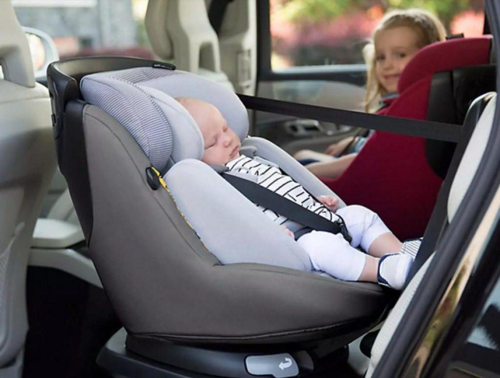 Installer votre bébé facilement grâce au siège auto pivotant